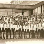 ПРВА ГЕНЕРАЦИЈА УЧЕНИКА РОЂ. 1958.СА МЛАЂИМ ДРУГАРИМА И ДРУГАРИЦАМА У ХОРУ. САСТАВЉЕН